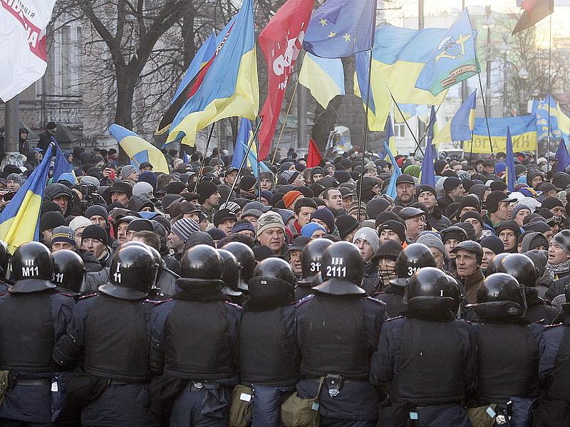 Megindult a rendőrségi romam a kijevi tüntetők ellen