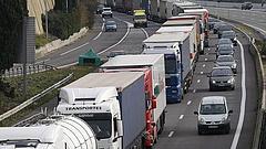 Új szabályok a magyar utakon: kamionfolyosókat jelöltek ki