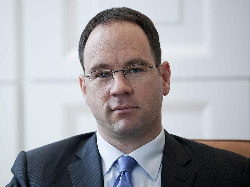 A CIB Bank élén folytatja Simák Pál