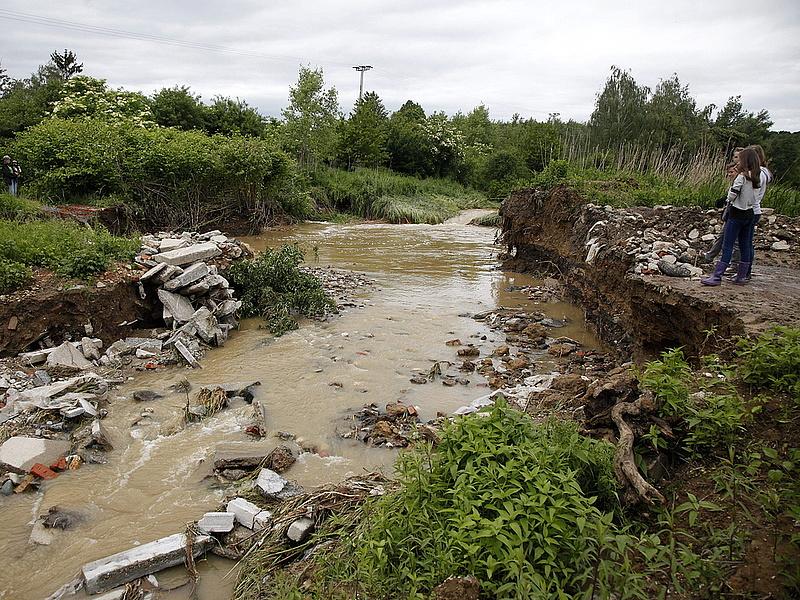 Szlovénián keresztül próbálják megközelíteni az elzárt falvakat