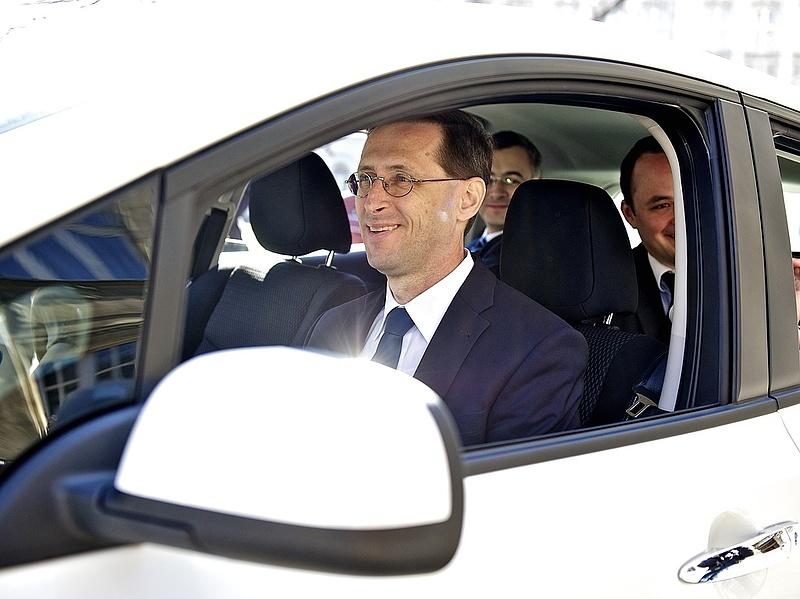 Megijedt a kormány a VW-botránytól? - Csökkentenék az autóipari függőséget