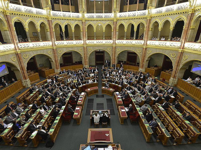 Majdnem a fél parlament kap ingyenlakást
