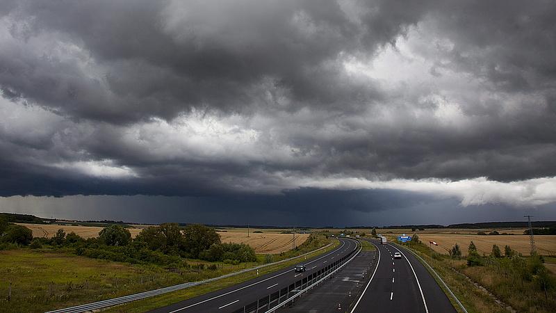 Heves zivatarok, nagy mennyiségű eső - mutatjuk, hol csaphat le a vihar