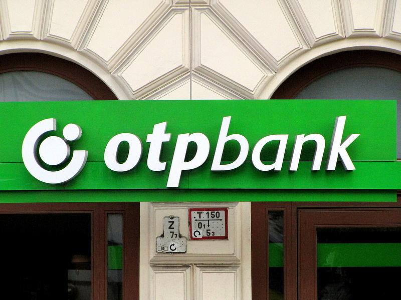 Megveregették az OTP-leány vállát