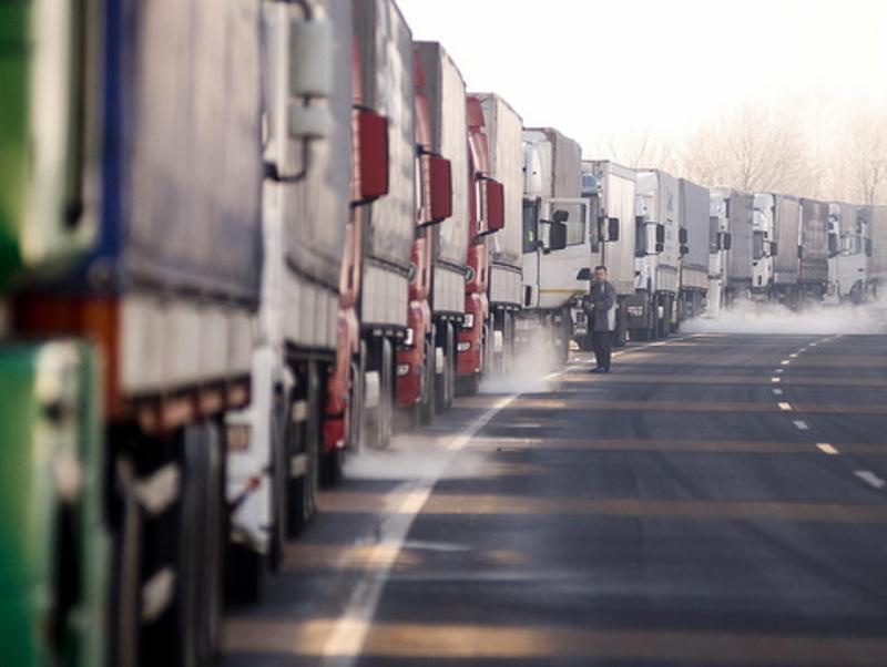 Borzasztó hosszú a sor a román határnál