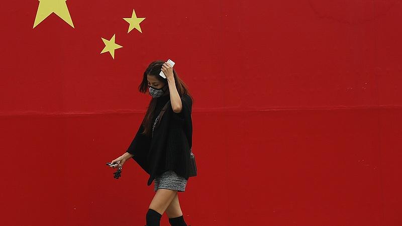 Kémprogramot telepítettek a turisták telefonjaira Kínában