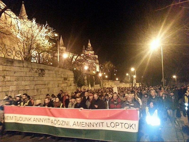 Rohamrendőrök védik a parlamentet a tüntetőktől
