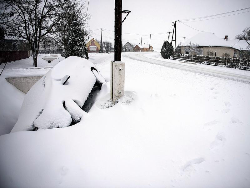 Folyamatosan havazik a Dunántúlon, az utak síkosak