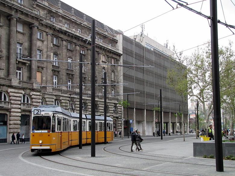 """Képtalálat a következőre: """"A Kossuth Lajos tér  metróállomás lezárása idején"""""""