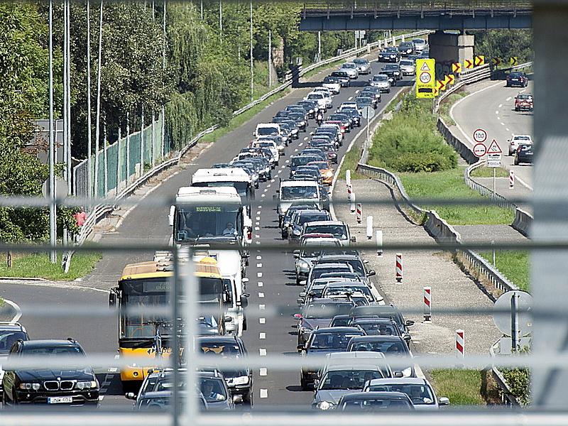 Leállt a forgalom az M7-es autópályán - hatalmas dugóra kell készülni