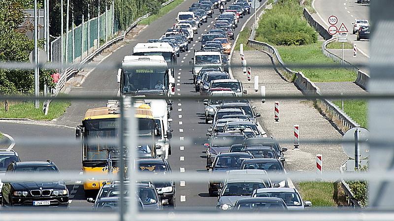 Lépésben autózhat a Balatonra - megjött a rendőrségi figyelmeztetés