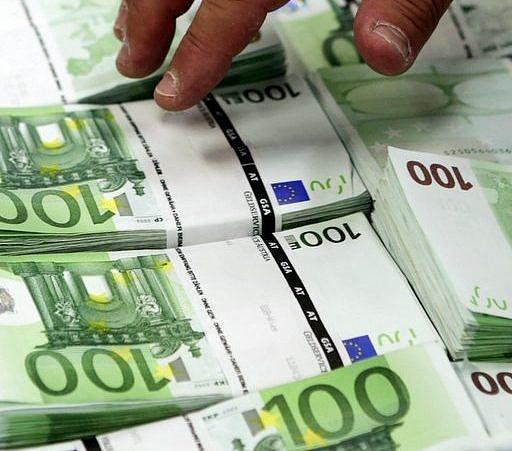 Milliós jutalmak osztanak a minisztériumokban