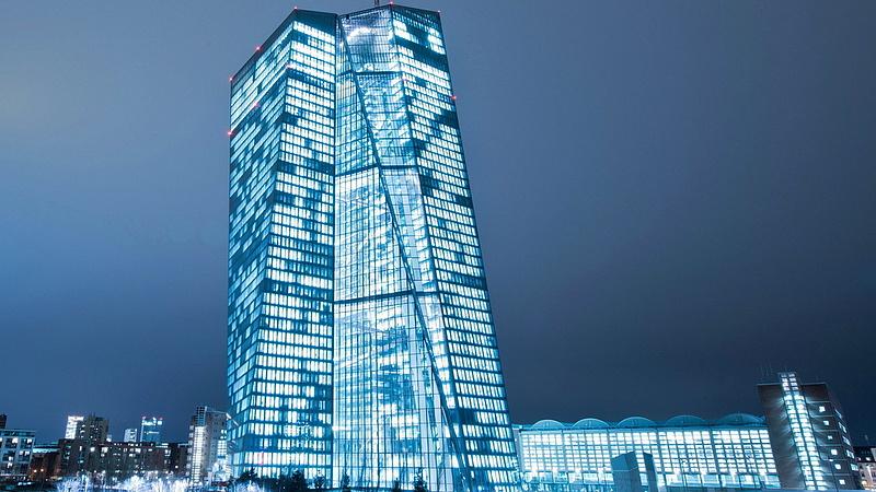 Már csak ez hiányzott: dollárért rohantak a bankok az ECB-hez