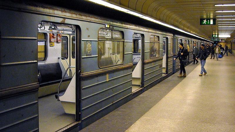 Kiszállt a tűzoltóság a 3-as metrónál (frissített: újra járnak a szerelvények)