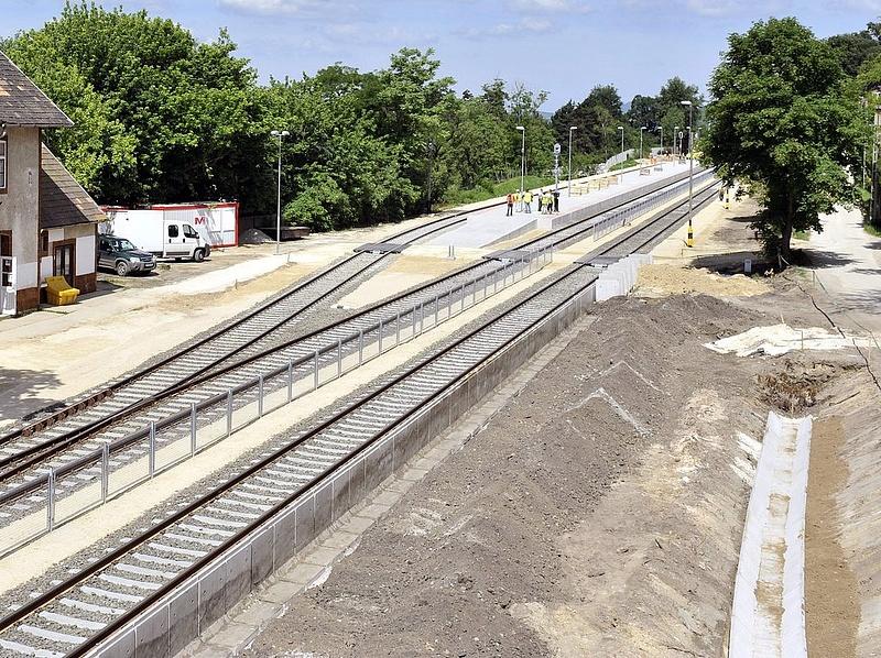 Három cég villamosítja az esztergomi vasútvonalat