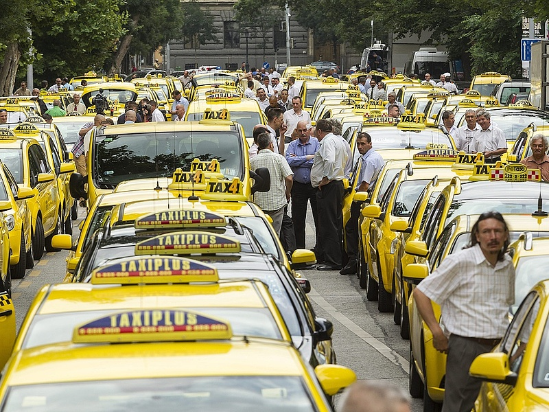 Ilyen volt a mai taxisdemonstráció