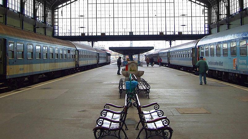 Kisiklott egy vonat a Nyugatiban: késések lehetnek