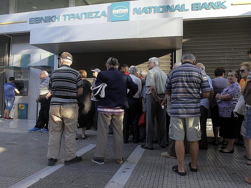 Pánikszerűen tolhatják a tőkét a görög bankokba