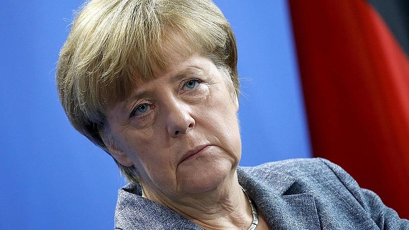 Merkel nagy-nagy fityiszt mutat mindenkinek
