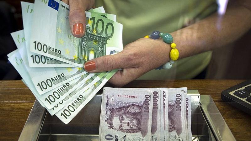 Szabadesésben a forint: átütötte a 347 forintot