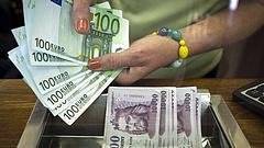 Szélsebesen gyengül a forint, 350 fölött az euró