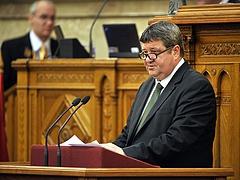 Elfogadta a parlament nyugdíjpénzek elköltését