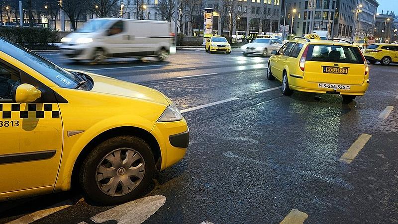 Folytatódik a taxis demonstráció