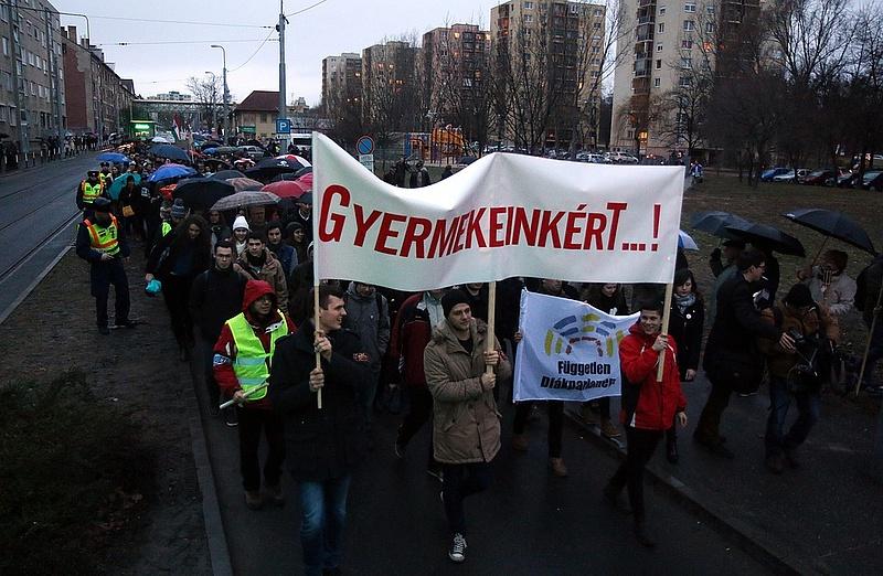 Tanárok és diákok tüntettek a kormány oktatáspolitikája ellen