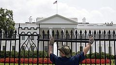 Távozik a Fehér Ház szóvivője