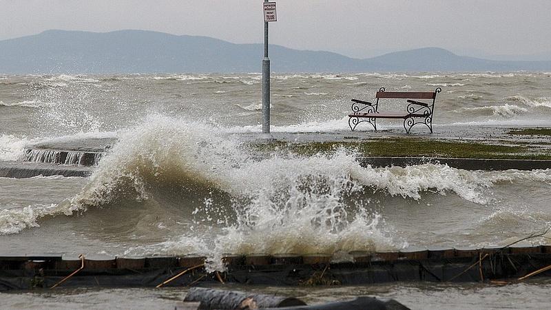 Rombolt a vihar a Balatonnál