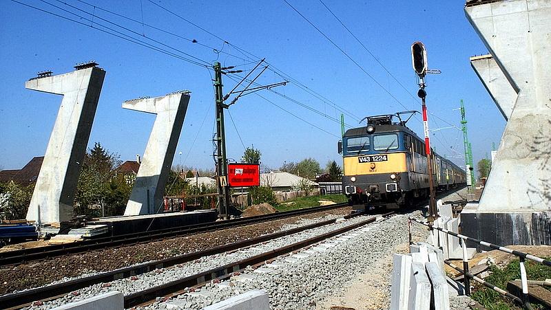 Új KRESZ jöhet, százmilliárdból épül a ferihegyi vasút