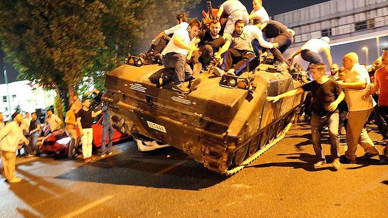 Újságírókat vertek a tüntetők Ankarában