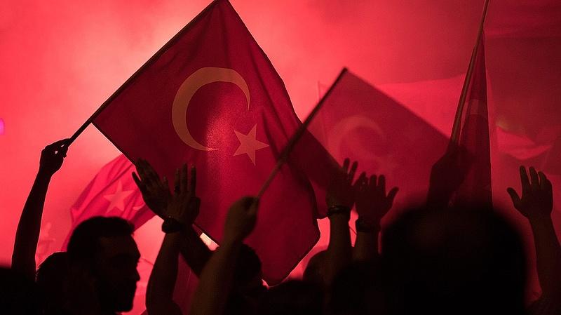 Mosakszik a török hadsereg a puccs után