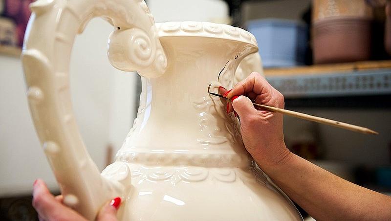 Új porcelán és kerámiagyárat indítanak be Pécsett