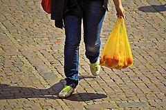 Műanyag zacskók: visszatáncolt a magyar kormány