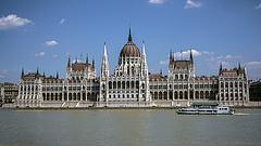 Havi nettó félmillió nem elég - először a saját zsebeit tömi ki az új parlament