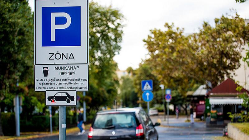 Ingyenes parkolást követel Kocsis Máté a XIV. kerületben - berúgták a kampánymotort
