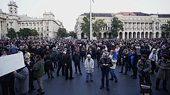 Tüntetnek a Népszabadság mellett