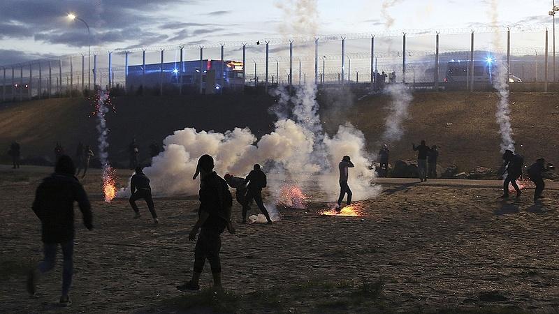 Kövekkel dobáltak megy egy magyar buszt a Calais-nál