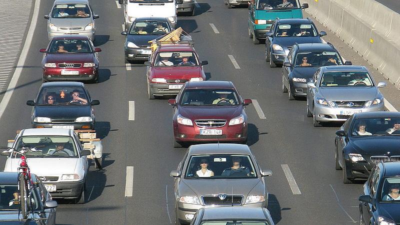Tíz kilométeres torlódás az M7-esen Budapest felé!