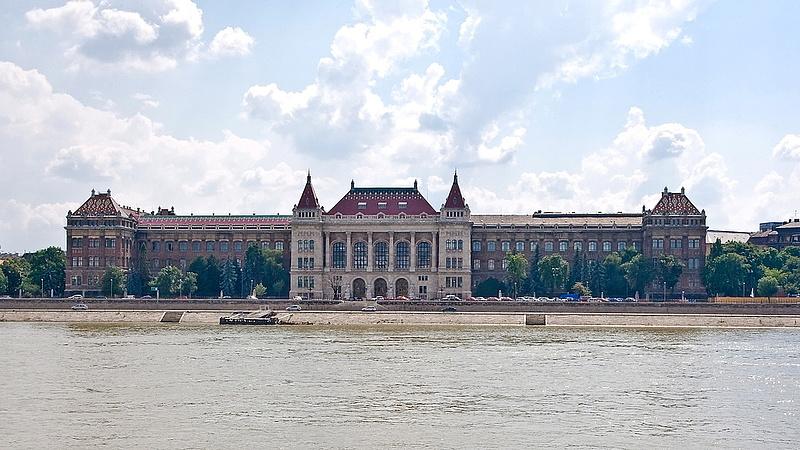 Negyven oktató lép le a népszerű magyar egyetemről