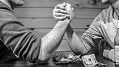 Két és fél éves csúcson a forint a dollárral szemben