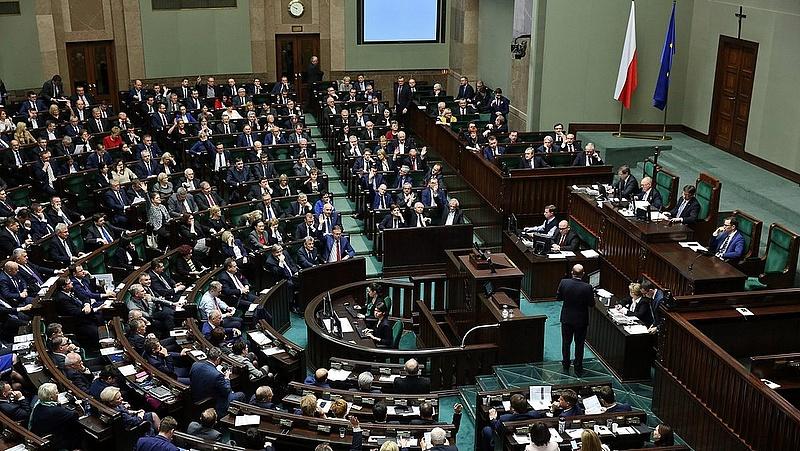 Döntött a lengyel parlament a vitatott bírósági törvényről