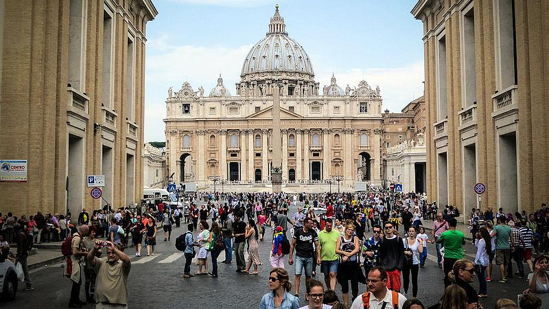 Vatikáni luxuskönyvvel csalhattak