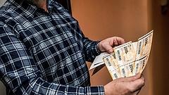 Nyugdíjasok tízezrei maradhatnak ki az év végi jutalomból
