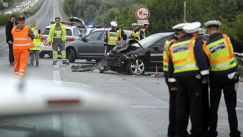 Baleset miatt lezárták az M1-es autópályát Bicskénél