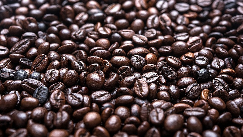 Új taktika a kávézókban: fizetnek a vendégeknek