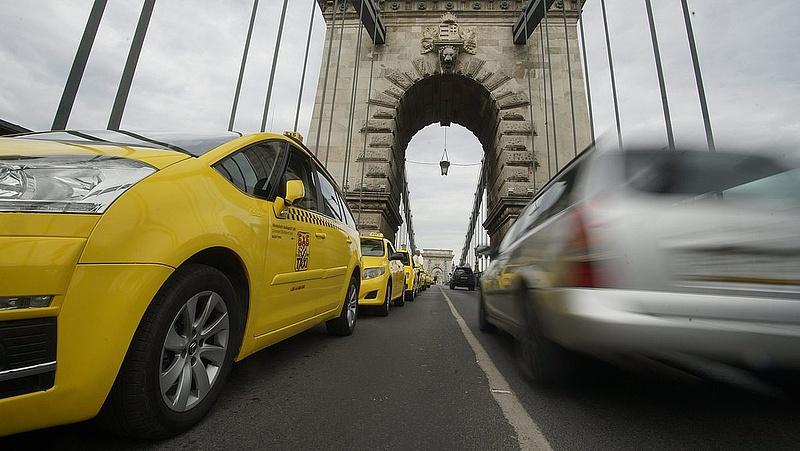 Taxisrazzia: továbbra is szakmányban húzzák le az embereket