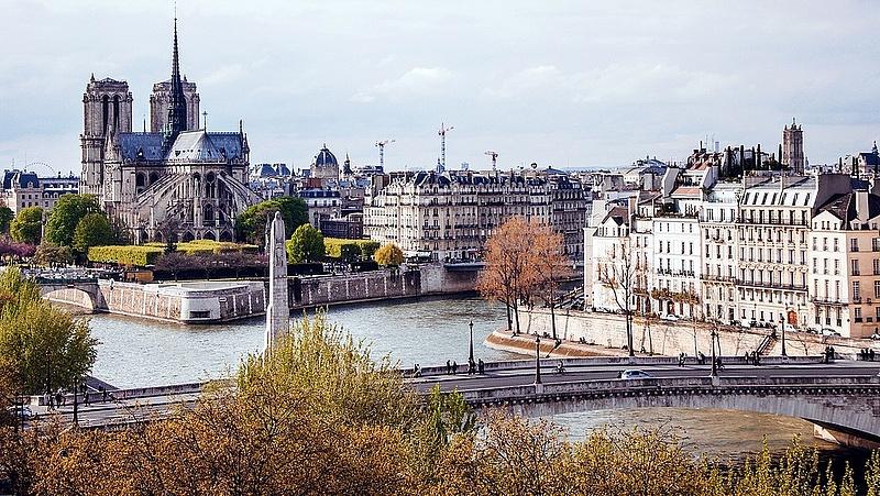 Párizs szálláshelyeket létesít és megnyitja a középületeket a hajléktalanok előtt