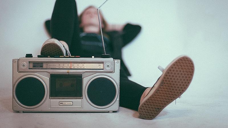 Leszoknak a magyarok a rádiózásról - ez áll a háttérben